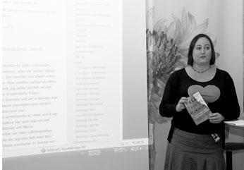 Jag pratar på releasepartyt för Feminisbiblioteket