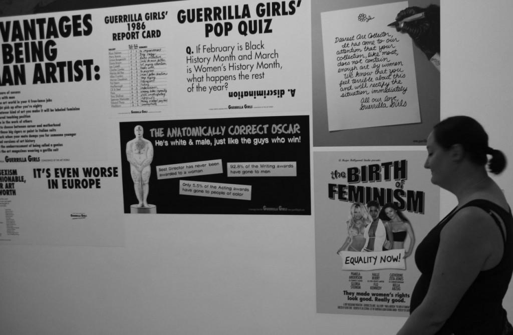 Jag och posters av Guerilla Girls