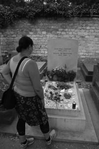Jag vid Simone de Beauvoir och Jean Paul Sartres grav