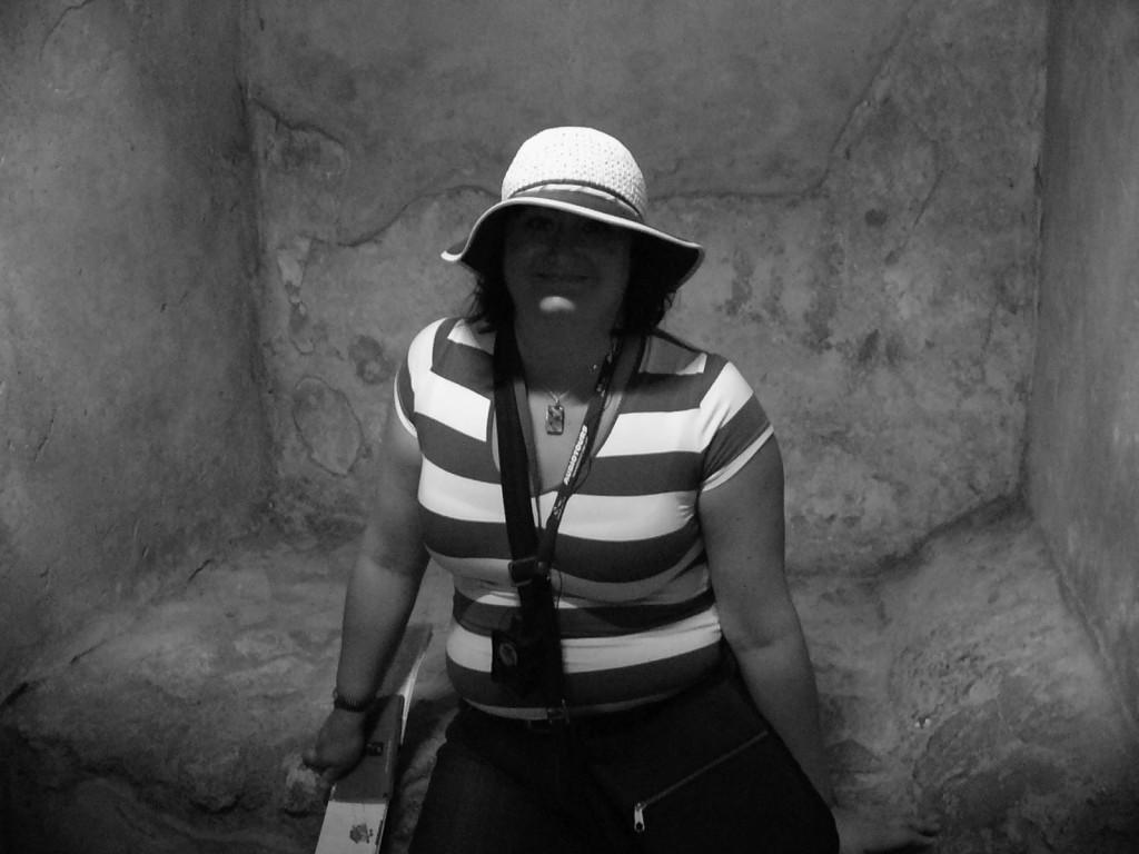 Jag inne i ett av rummen i bordellen i Pompeji