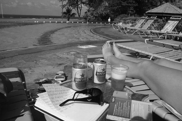 Öl, böcker och en pool på Bintan, Indonesien