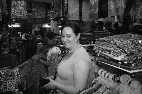 Jag köper batik i Chinatown i Kuala Lumpur