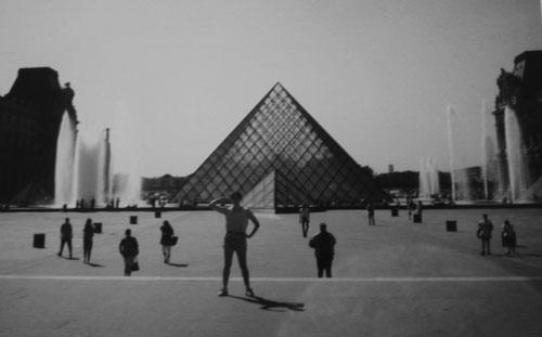 Jag utanför Louvren i Paris