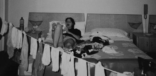 Jag ligger i sängen på ett hotell i Florens med mina kläder på tork