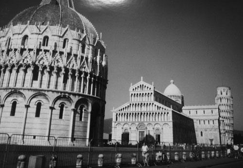 En pytteliten Lisette och lutande tornet i Pisa