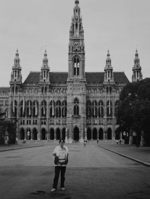 Jag framför rådhuset i Wien
