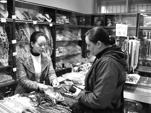 Jag köper pärlor på pärlmarknaden i Peking