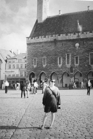 Jag mitt på Raekoja plats i Tallinn