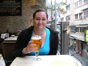Hanna dricker öl på Sirocco