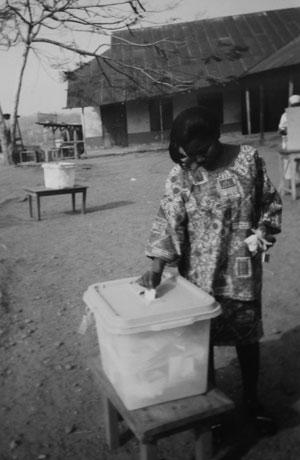 Kvinna röstar i Ghana