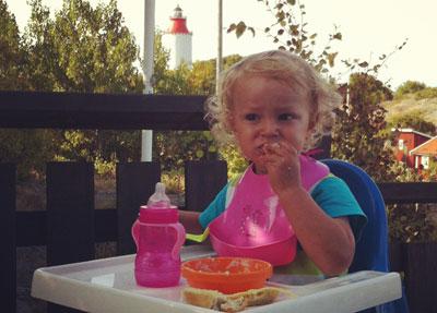 Hugo äter frukost ute