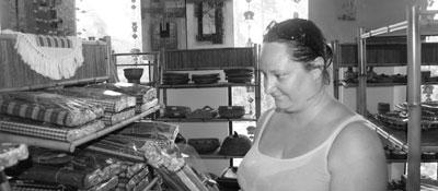 Jag köper hantverk på Bintan