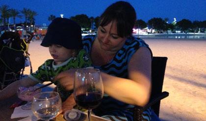 Glass och vin på stranden i Alcudia