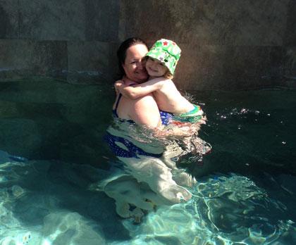 Mamma och Hugo badar