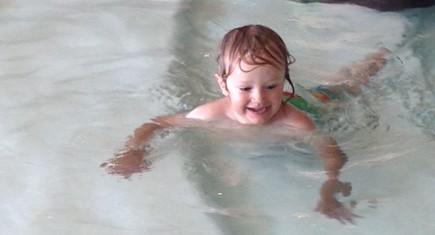 Hugo badar på Vildmarkshotellet i Kolmården