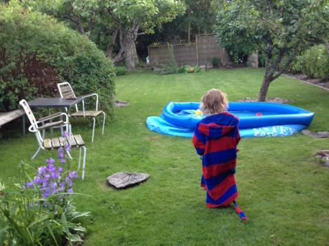 Hugo och en för stor pool i Lidköping