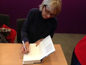 Hanne-Vibeke Holst signerar Knud den store