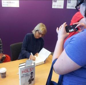 Hanne-Vibeke Holst signerar min bok (och jag fortar det)