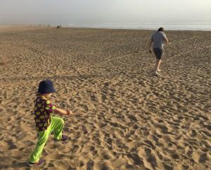 Far och son på stranden i Agadir