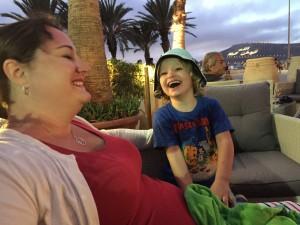 Hugo och mamma skrattar
