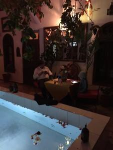 Pappa och Hugo surfar på Riaden i Marrakech