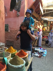 Hugo och pappa i Medinans gränder i Marrakech