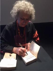 Margaret Atwood signerar mitt ex av Tjänarinnans berättelse
