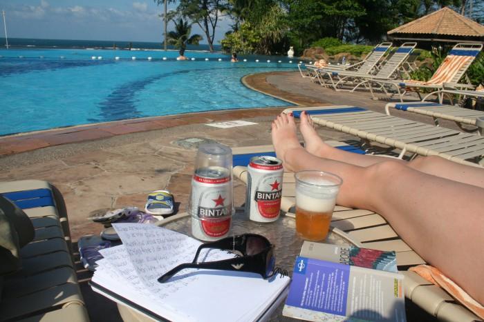 Öl, pool och böcker på Bintan, Indonesien.