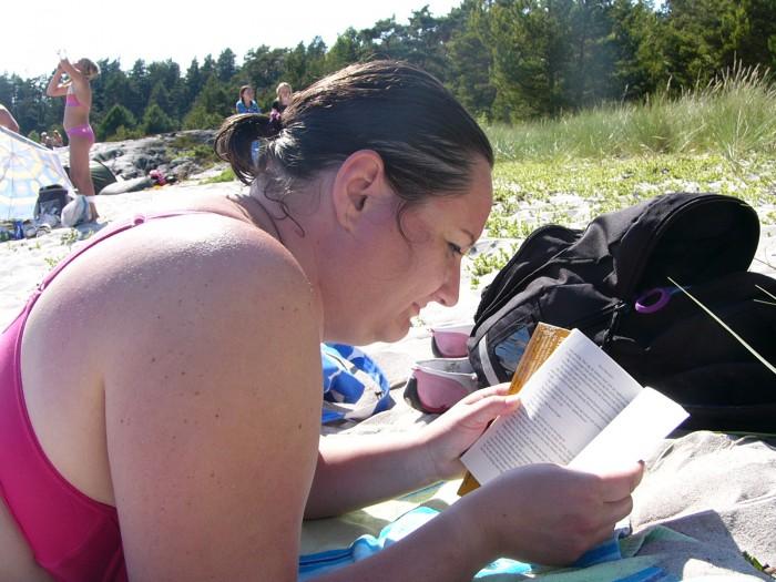 Läsa i sanden på Ålö
