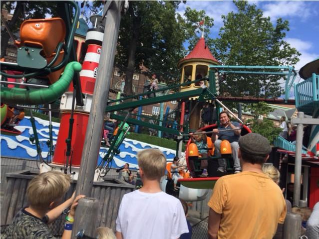 Hugo och pappa åker karusell på Tivoli i Köpenhamn