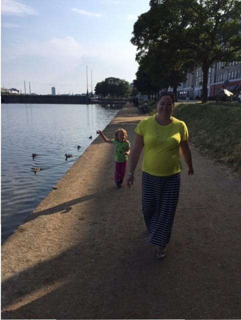 Mamma och Hugo matar änder i Köpenhamn