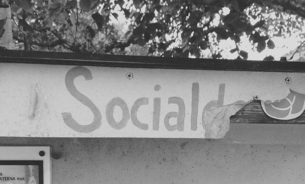 Socialdemokraterna tar ner skylten i Bredbyn