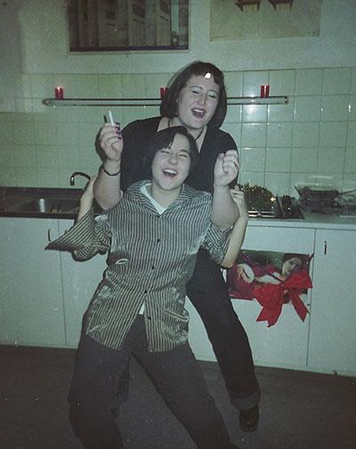 Julia och jag dansar i korridorsköket i Wien 1999