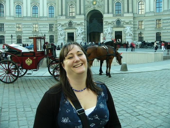 Hanna utanför Hofburg i Wien