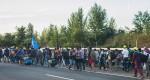 Flyktingar på väg mot Österrike från Ungern till fots