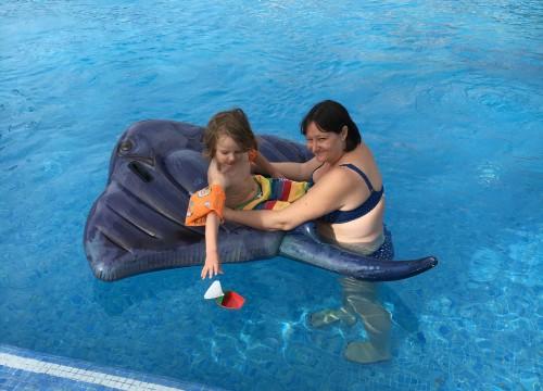 Hanna och Hugo i poolen