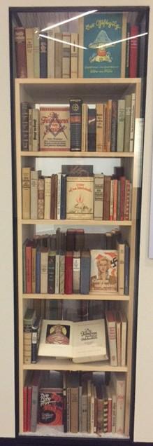 Bokhylla med nazistiska böcker