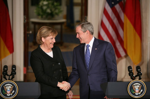 Angela Merkel skakar hand med George W Bush
