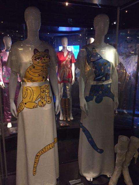 De berömda kattklänningarna
