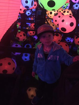 Hugo i rummet med de prickiga rispappersbollarna