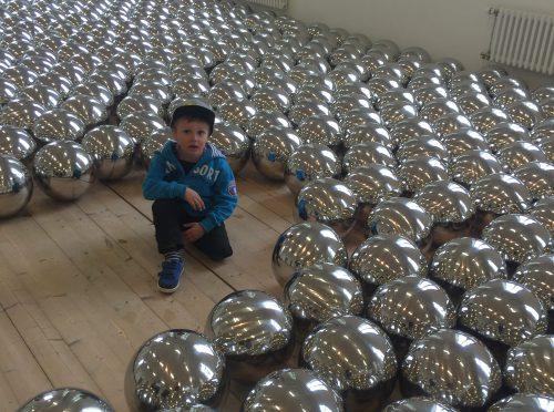 Hugo och Yayoi Kusamas bollar