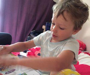 Hugo öppnar paket