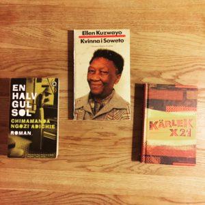 Bild av böckerna En halv gul sol av Chimamanda Ngozi Adichie, Kvinna i Soweto av Ellen Kuzwayo och Kärlek x 21 av Ama Ata Aidoo (red)