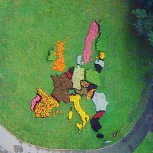 En bild av en blomrabatt föreställande EU:s medlemsstater. Tagit från en skybar i Riga 2009.