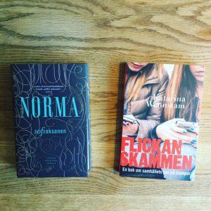 En bild av böckerna Norma av Sofi Oksanen och Flickan och skammen av Katarina Wennstam.