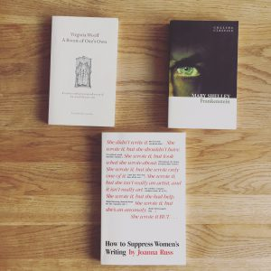En bild på böckerna A room of ones own (Ett eget rum) av Virginia Woolf, Frankenstein av Mary Shelly och How to suppress womens writing av Joanna Russ.