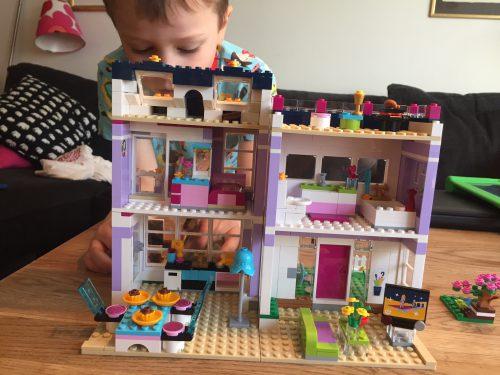 Hugo med sitt Friends-lego