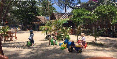 Hugo leker och underhåller andra barn i Khao Lak