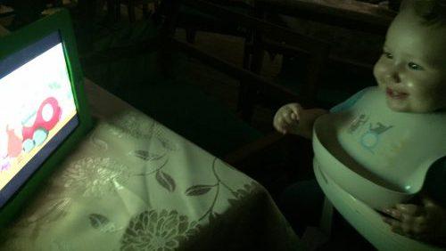 Selma tittar på Babblarna i Khao Lak