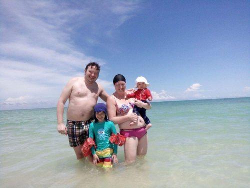 Familjen på båtutflykt